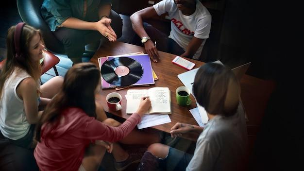 一緒に勉強している10代の若者たち