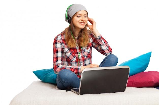 10代の少女が音楽を聴く
