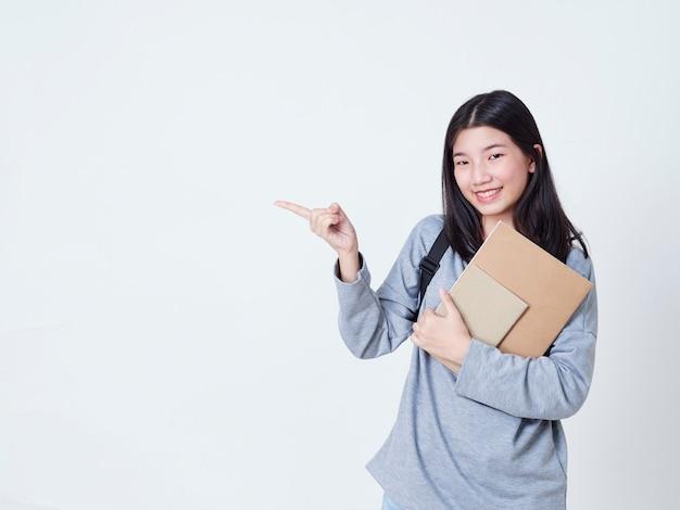 コピースペースを指している10代の少女。