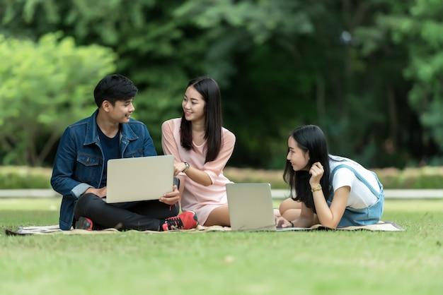 幸せな10代の高校生の屋外のグループ