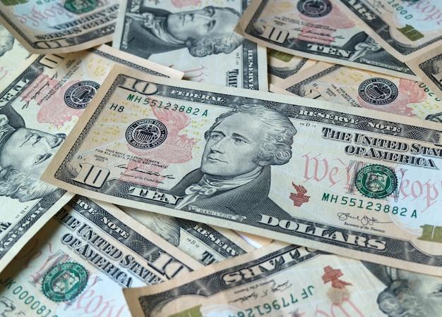 Закройте кучу соединенных штатов десять долларов (10 долларов), для фона