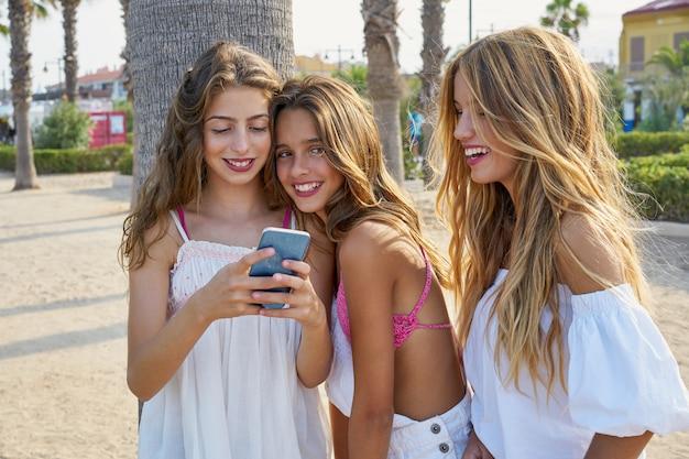 10代の親友の女の子がスマートフォンで遊ぶ