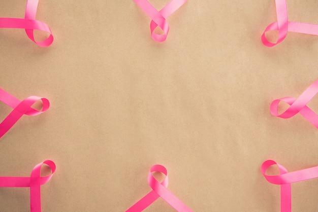 10月の乳がん啓発キャンペーンのシンボルを支えるサテンピンクリボン