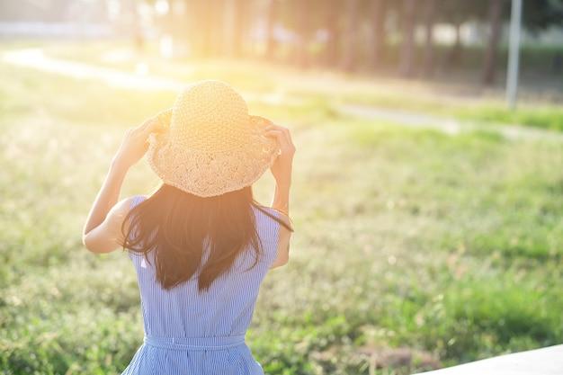 リラックスした時間で日光に満足している10代の少女