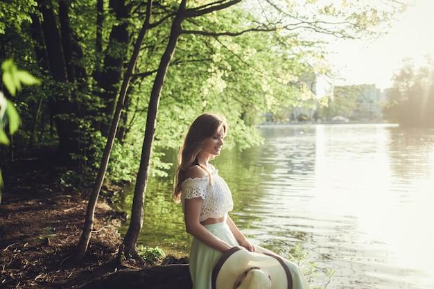 ファッショナブルなドレスを着た美しい10代のモデル。