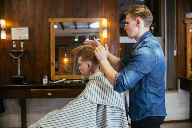 理髪店で10代の赤毛の少年散髪美容院