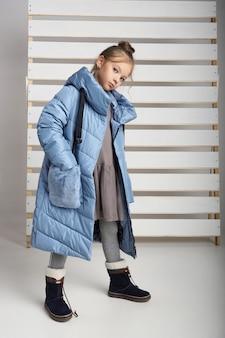 子供と10代の若者のための服の秋コレクション。秋の寒さのためのジャケットとコート