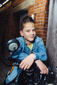 理髪店の10代の少年のヘアカット美容院