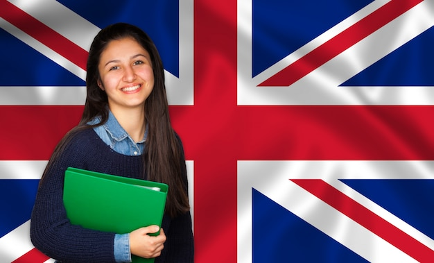 10代の学生が英語の旗に笑みを浮かべて