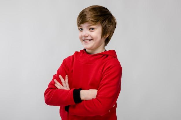 流行の服で幸せな10代の少年