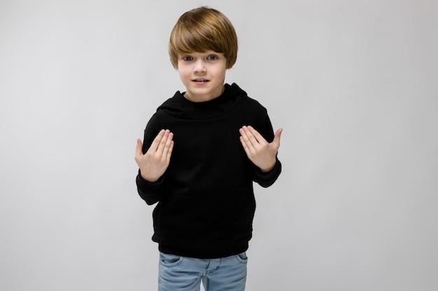 流行の服で10代の少年