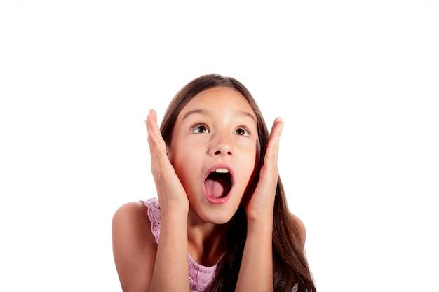 驚き、興奮、ショックを受けた10代の少女の分離の白を探しての肖像画