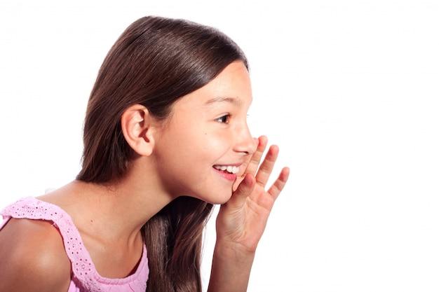 ささやき、白で隔離され、秘密を言って驚いて、興奮して、10代の少女の横顔の肖像画