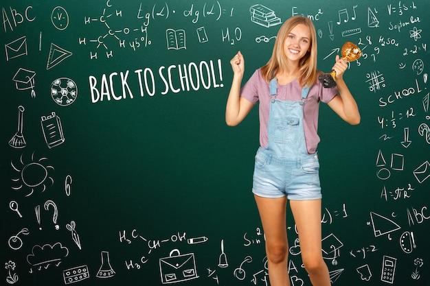 学校に戻る幸せな10代学生の笑顔