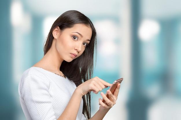 スマートフォンを使用してかなり女性10代