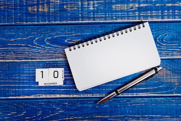 11月10日。青色の背景に11月10日のカレンダーのイメージ。退役軍人の日。テキスト用の空のスペース。