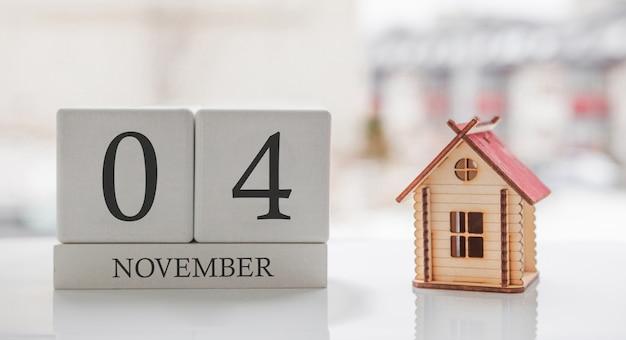 11月のカレンダーとおもちゃの家。月の4日目。印刷または記憶用のカードメッセージ