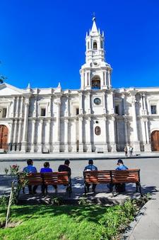 アレキパペルー11月9日:アレキパペルーの2015年11月9日に教会とアレキパのメイン広場。アレキパのアルマス広場はペルーで最も美しいものの1つです。