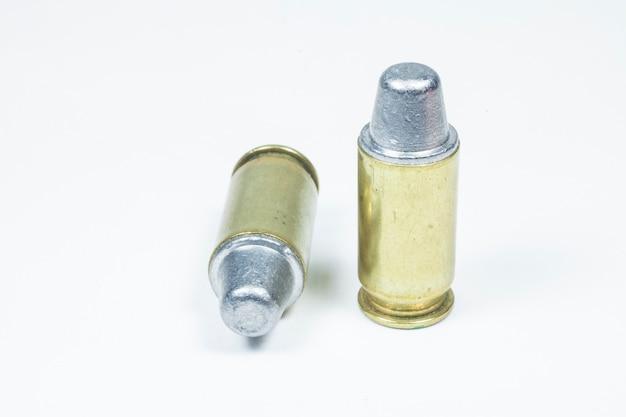 11mm 검은 권총과 탄약 흰색 절연