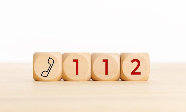 112 긴급 개념. 전화 아이콘 및 112 텍스트와 나무 오지. 공간 복사