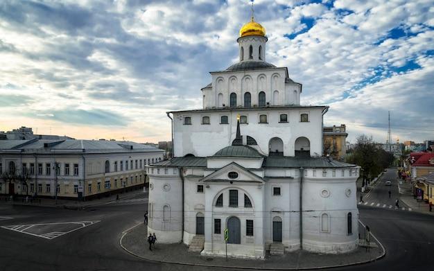 Золотые ворота владимира, построенные между 1158 и 1164 годами. центр города владимир, россия
