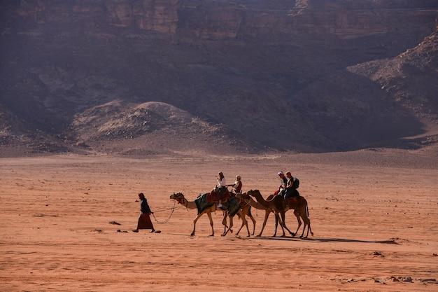 2018年12月8日、ワディラム砂漠ヨルダン、ワディラム砂漠の観光客とラクダ、ヨルダンの有名な赤い砂の砂漠
