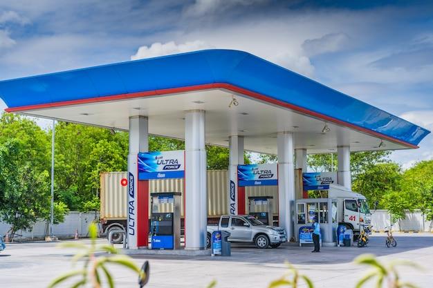 Чонбури, 12 мая 2017 года: заправка ptt в чонбури, таиланд. ptt является крупнейшей нефтяной компанией в таиланде