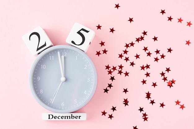 クリスマスの目覚まし時計と星の紙吹雪。 12月25日