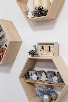 黒の12月31日の単語とクリスマスの装飾が施されたカレンダー