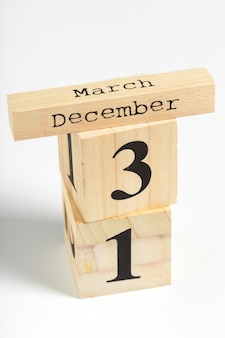 白の日付を持つ木製の立方体。 12月31日
