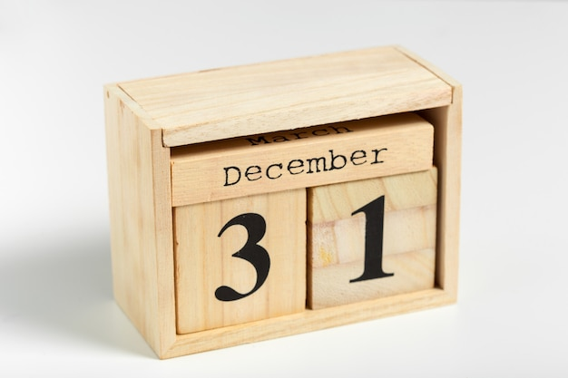 白い背景の上の日付を持つ木製キューブ。 12月31日