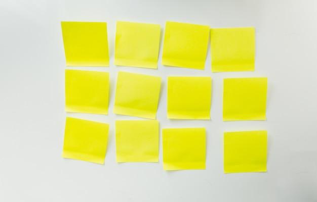 12 пустых желтых стикеров на белой доске