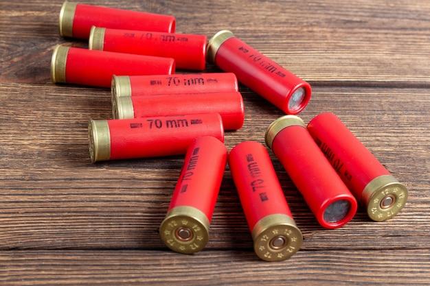 Цветные патроны калибра 12, охотничьи снаряды на коричневой деревянной