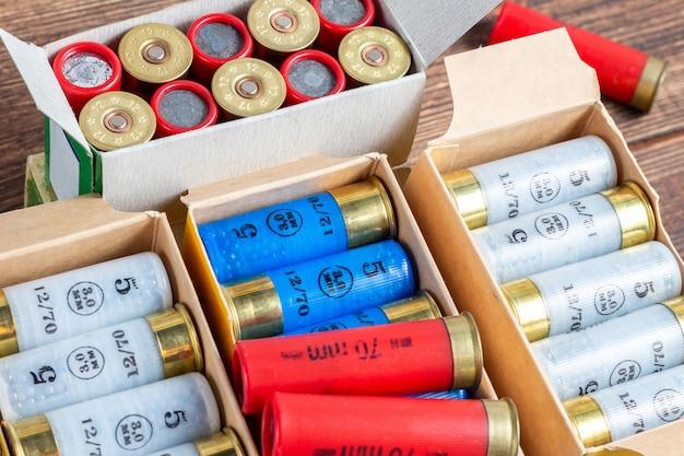 Цветные патроны калибра 12 калибра охотятся снаряды в коробке крупным планом