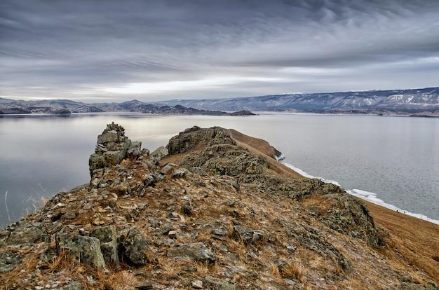 バイカル湖と12月の寒さで岩。フリーズアップの時間。流氷が水を泳いでいます。