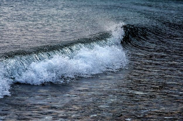 12月の海辺、バイカル湖の波