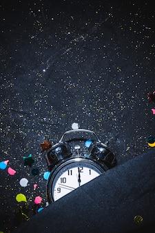 12時を示すヴィンテージの目覚まし時計
