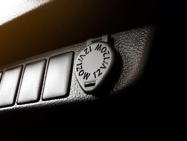 Розетка на 12 вольт и прикуриватель в автомобиле.