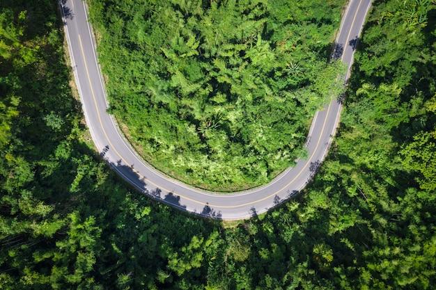 タイの緑の山の頂上で街を結ぶ蛇道高速道路12号