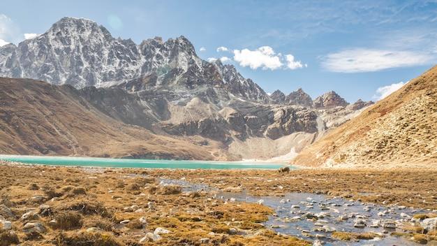 12月のエベレスト地方の湖の眺め