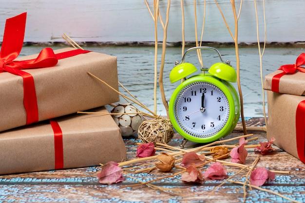 12時にクリスマスの日に開く準備ができているクリスマスプレゼント