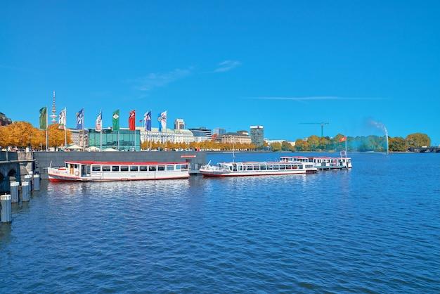 Гамбург, германия 13-ое августа 2015: пассажирские корабли отбуксировали на озере alster, гамбурге, германии на яркий день в падении