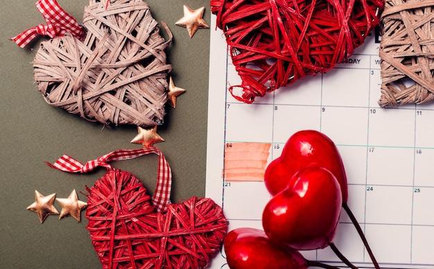 2月14日、クラフト赤いハートの背景、バレンタインデーのカレンダー