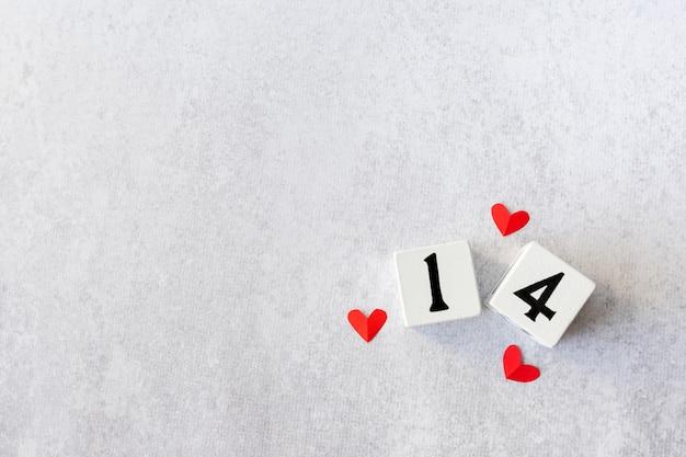 2 월 14 일. 상단 발렌타인 데이 카드 모형에 빨간 하트와 흰색 나무 달력. 평평하다. 공간 복사