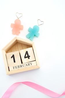 14 февраля на деревянном календаре на белом