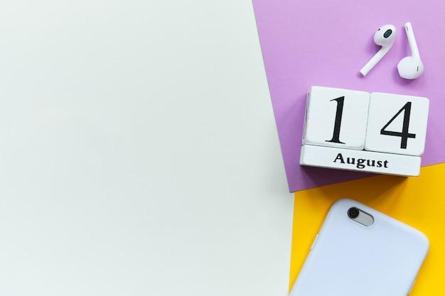 Концепция календаря месяца 14-ое августа четырнадцатого дня на деревянных блоках с космосом экземпляра