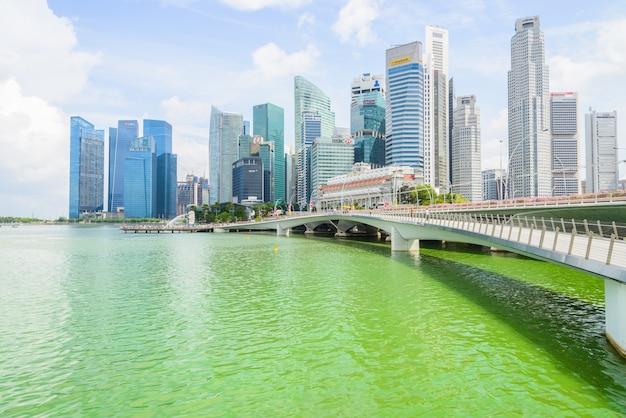 Сингапур, сингапур - 15 июля 2015 года: горизонт марина-бей. марина-бей - бухта недалеко от центрального района сингапура.