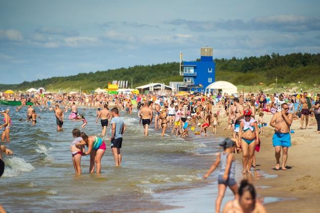 2017年8月15日、リトアニア、パランガ。夏の暑い明るい夏の日の混雑したビーチ