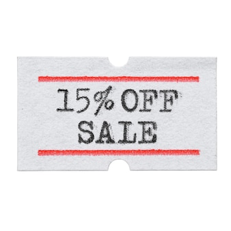 Скидка 15% на распродажу, напечатанную шрифтом пишущей машинки на изолированной наклейке с ценником