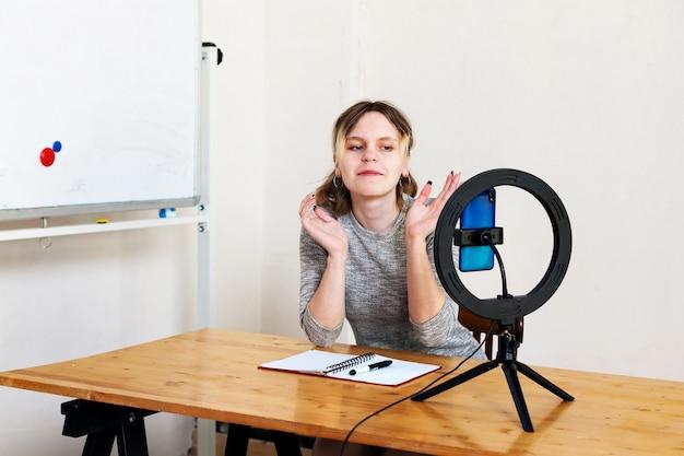 15歳の女性ブロガーが生放送を主導し、ライトルームでリングランプで自分自身を照らします